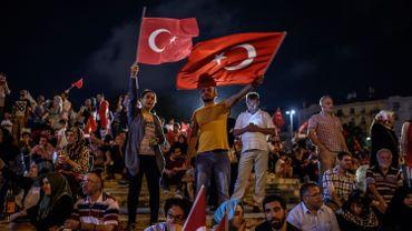 Des milliers de Turcs toujours dans les rues après la tentative de putsch