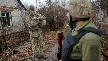 Des soldats ukrainiens près de la ligne de front avec les séparatistes prorusses à Avdiïvka, le 28 novembre 2019 en Ukraine