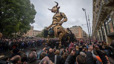 Impressionnant spectacle à Toulouse: un minotaure géant se promène dans les rues (vidéo)