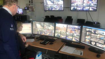 Marc Garin, le chef de la police de Mons et Sylvie scrutent les écrans de surveillance