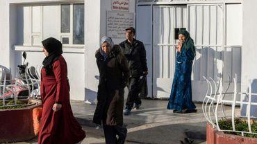 Des membres des familles des onze nouveau-nés morts à la maternité publique de la Rabta à Tunis sortent du complexe hospitalier le 10 mars 2019