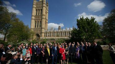 La première ministre écossaise Nicola Sturgeon (au premier rang, au centre), avec des élus du parti indépendantiste SNP, devant la chambre des Parlementaires britanniques, à Londres, le 19 avril 2017