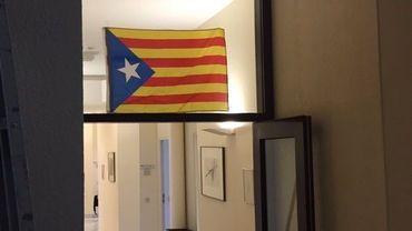 Nous n'avons pour l'instant aucune confirmation de la part de la N-VA. Mais selon une source parlementaire, certains collaborateurs de la N-VA se baladaientlundi dans les couloirs de la Chambre avec un drapeau de la Catalogne à la main.