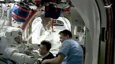 L'astronaute américain Kjell Lindgren rejoint l'intérieur de la station ISS après avoir effectué une sortie de plus de sept heures, le 28 octobre 2015