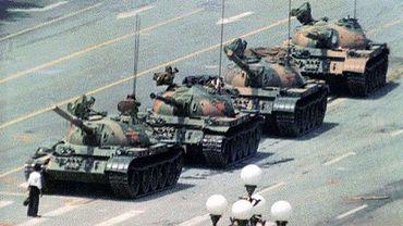 """""""Tank man"""" (l'Homme au char), qui a tenté de bloquer symboliquement la progression d'une colonne d'au moins 17 chars le 5 juin 1989."""