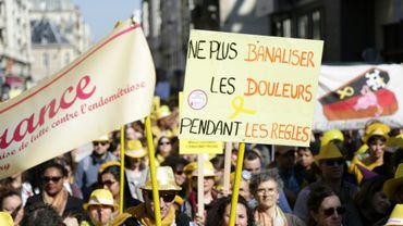 Des personnes participent à une marche mondiale pour la lutte contre l'endométriose, le 25 mars 2017 à Paris