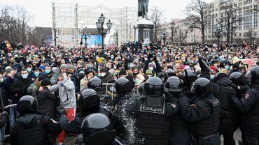 Des manifestants affrontent la police anti-émeute lors d'un rassemblement de soutien au chef de l'opposition emprisonné Alexei Navalny au centre-ville de Moscou le 23 janvier 2021