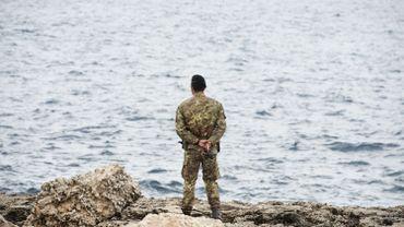 Un soldat italien scrute la mer