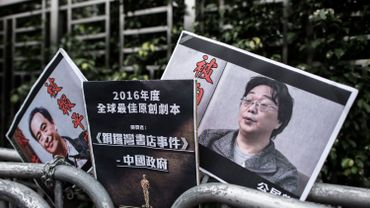 Des pancartes montrant le libraire disparu Lee Bo (L) et son associé Gui Minhai (R) sont vus laissés par des membres du parti Civic à l'extérieur du bureau de liaison de la Chine à Hong Kong le 19 janvier 2016. La Chine a confirmé qu'une personne disparue basée à Hong Kong Le libraire, l'un des cinq hommes dont la disparition a alimenté les craintes d'une érosion des libertés de la ville, se trouve sur le continent, a déclaré le gouvernement de la ville.