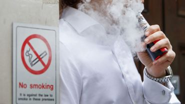 La fumée des cigarettes et vapoteuses transmet-elle le covid-19 ?