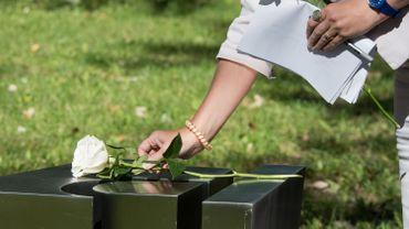 Chrystia Freeland, alors ministre des Affaires étrangères du Canada, dépose une rose blanche sur le mémorial aux victimes de la fusillade de l'école polytechnique de Montréal, le 22 septembre 2018.