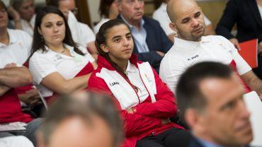 La championne de Jiu-Jitsu molenbeekoise, Amal Amjahid (au centre), pourrait bien ne pas pouvoir participer à une compétition majeure aux Etats Unis le weekend prochain...