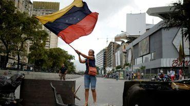 Une militante de l'opposition manifeste à Caracas, le 10 juillet 2017