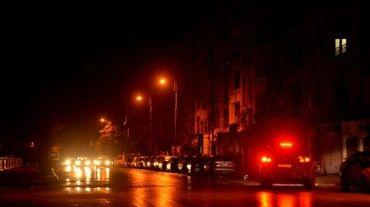 Des voitures dans une rue éclairée d'Alep, dans le nord de la Syrie, le 5 mars 2016