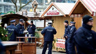 Des policiers patrouillent le 20 décembre 2016 près du marché de Noël où a eu lieu l'attentat à Berlin