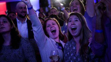 Des électeurs démocrates fêtent la victoire des démocrates aux Congrès
