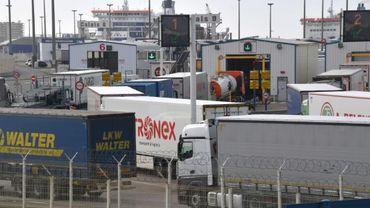 File d'attente de poids lourds à Calais pendant une grève du zèle des douaniers, le 4 mars 2019
