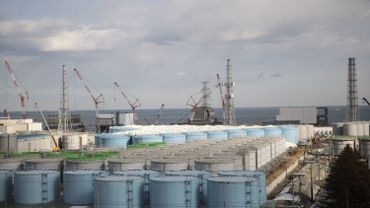 Cette photo prise le 31 janvier 2018 montre (de gauche à gauche) les bâtiments des réacteurs 1 à 4 et des réservoirs de stockage d'eau contaminée à la centrale nucléaire de Fukushima Daiichi (TEPCO) à Okuma, dans la préfecture de Fukushima. L'opérateur nucléaire de Fukushima espère utiliser les Jeux olympiques de Tokyo de 2020 comme tremplin pour doubler le nombre de visiteurs de sa centrale ravagée par le tsunami, alors qu'il cherche à nettoyer l'image de la région. Le 11 mars 2011, un tremblement de terre sous-marin a envoyé un tsunami sur la côte nord-est du Japon, faisant plus de 18 000 morts et disparus et provoquant la crise de Fukushima, le pire accident de ce type depuis Tchernobyl en 1986.