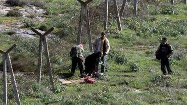 Des réfugiés syriens passent clandestinement la frontière près d'Antakya (Antioche)