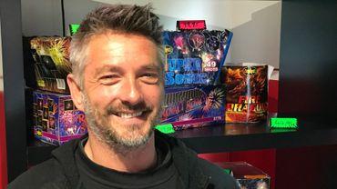 Alain Madam met son métier de pompier ambulancier entre parenthèses pendant le mois de décembre pour vendre des feux d'artifice dans son petit magasin chez lui à Jemeppe-sur-Sambre