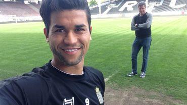 Hamdi Harboui se prête au jeu du selfie