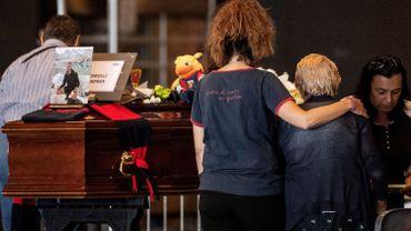 Dans une chapelle ardente à Gênes, les familles veillent les morts