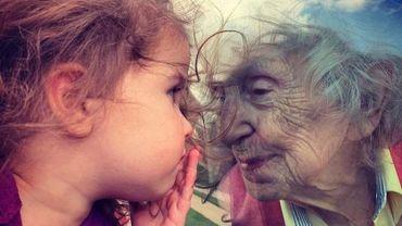 Cette photo amateur est devenue virale sur les réseaux sociaux. Elle évoque cette séparation entre générations causée par le coronavirus.