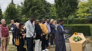 Le migrant guinéen décédé sous un bus a été enterré à Berchem-Sainte-Agathe