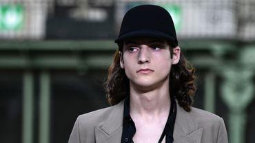 Comme déjà vu à Milan et Londres, AMI Alexandre Mattiussi révèle le torse des hommes. Toutefois, il n'oublie pas complètement la chemise; il en propose simplement des versions effet déchiré. Paris, le 18 juin 2019.