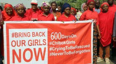 """Des membres du mouvement """"Bring Back Our Girls"""" (""""Ramenez nos filles"""") manifestent à Abuja le 14 janvier 2016 en faveur de la libération des lycéennes enlevées à Chobok dans le nord-est du Nigeria en avril 2014 par le groupe jihadiste Boko Haram"""