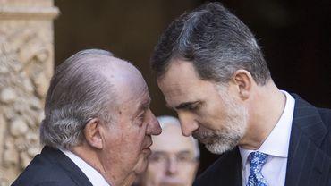 Juan Carlos a annoncé sa décision de quitter l'Espagne à Felipe VI, son fils. L'ancien roi s'exile, selon son avocat, mais ne fuit pas la justice.
