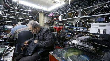 Des techniciens informatiques dans une boutique à Damas, en Syrie, le 28 février 2021