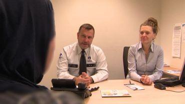 La victime rencontre policier et assistante sociale pour obtenir de l'aide. Pour cette victime, cela s'est bien terminé.