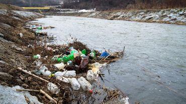 Plaie des océans, les microplastiques contaminent aussi les fleuves européens.