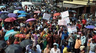 Des personnes manifestent après le viol en réunion d'une religieuse septuagénaire  près de Calcutta en Inde, le 14 mars 2015