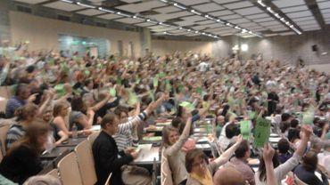 Quasi unanimité moins une voix et une abstention pour le vote des 700 militants réunis ce dimanche à Bruxelles.