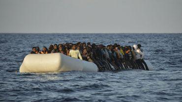 Des migrants secourus par un navire de l'ONG Moas et la Croix Rouge au large des côtes libyennes le 3 novembre 2016
