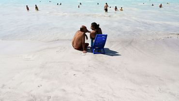 En Toscane, une étonnante plage aux eaux turquoises qui suscite beaucoup d'interrogations