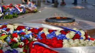 De jeunes carolos sous l'Arc de Triomphe pour les commémorations de l'Armistice.