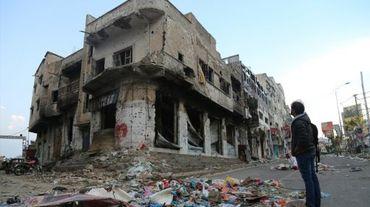 Un Yéménite devant un bâtiment endommagé par les combats entre forces loyalistes et rebelles à Taëz, troisième ville du pays, le 17 août 2015