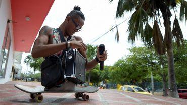 """Le migrant et rappeur vénézuélien Alfonso Mendoza, alias """"Alca"""", se prépare à aller rapper dans les bus, le 28 septembre 2018 à Barranquilla, en Colombie"""
