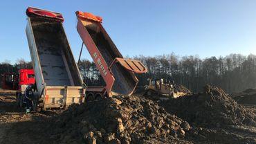 Des dizaines de camions viennent déverser des terres d'excavation chaque jour sur le site.