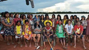 Des leaders indigènes amazoniens critiques du président brésilien posent autour du chef Raoni dans le village de Piaraçu.