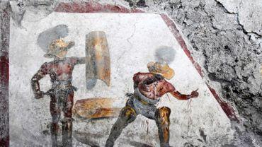 Une nouvelle fresque a été découverte sur le site archéologique de Pompéi, mettant en scène deux gladiateurs au terme d'un combat, l'un est victorieux et l'autre tombe, ensanglanté...