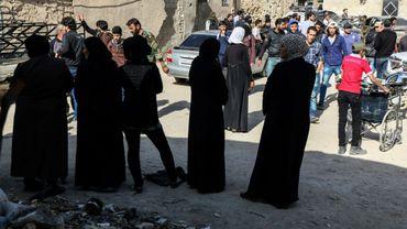 Des familles rebelles se rassemblent dans le quartier Barzeh de la capitale Damas le 8 mai 2017, et attendent d'être évacués