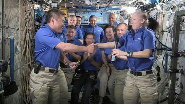Capture d'écran de la NASA TV, qui montre la transmission du commandement de l'ISS de Shannon Walker à Akihiko Hoshide, devant le reste de l'équipe, le 27 avril 2021