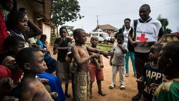 Des membres de la Croix-Rouge font du porte à porte à Beni, dans le nord-est de la RDC, pour sensibiliser les populations à l'épidémie d'Ebola, le 31 août 2019.