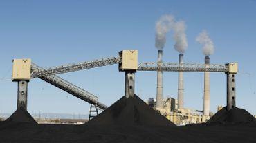 Cette photo prise le 9 octobre 2017 montre des piles de charbon devant la centrale électrique au charbon de 1440 mégawatts de Pacificorp à Castle Dale, dans l'Utah.