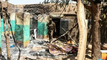 Un soldat malien dans les ruines du village peul d'Ogossagou attaqué le 25 mars 2019 par de présumés chasseurs dogon