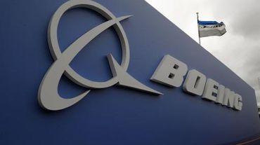 Boeing défend bec et ongles sa chasse gardée du long-courrier face à l'assaut d'Airbus avec son dernier-né, l'avion de nouvelle génération en fibre de carbone l'A350